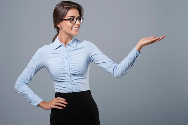 Рука жестикулирует официально одетой женщиной Бесплатные Фотографии