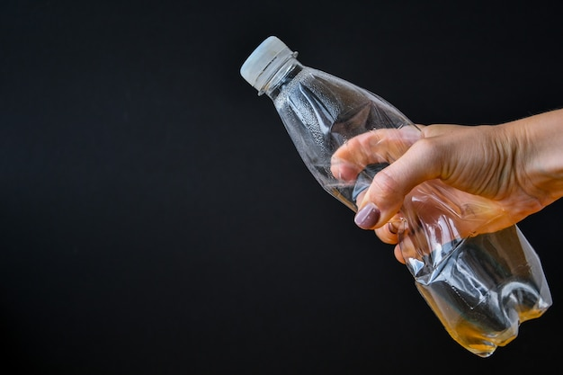 Ручные пластиковые бутылки, которые нужно выбросить как концепцию глобального потепления Premium Фотографии