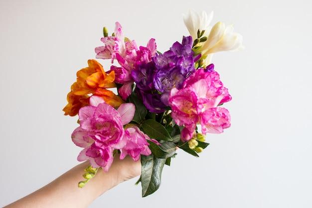 Mano che tiene il mazzo di fiori Foto Gratuite