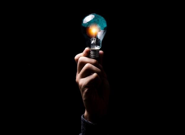 Вручите держать мозг радиотехнической схемы иллюстрации творческих способностей внутри лампочки. это концепция искусственного интеллекта и технологии ии. Premium Фотографии