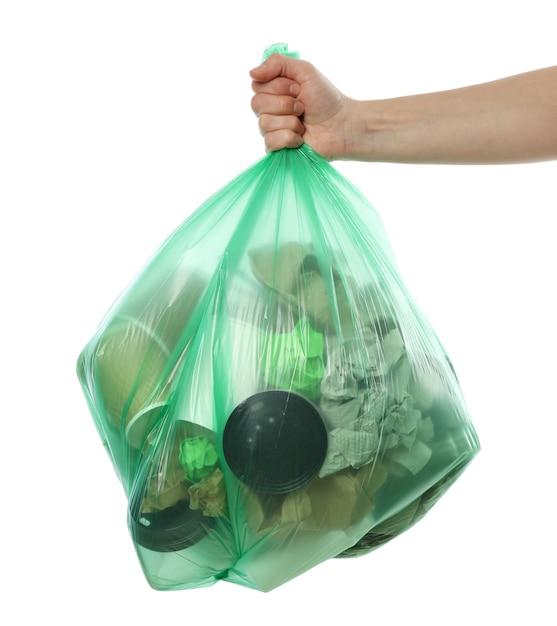 Рука одноразовая сумка с различным мусором, изолированных на белом фоне Premium Фотографии