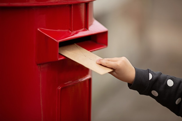 Рука держит конверт Premium Фотографии