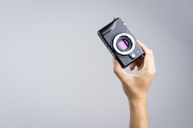 Hand holding mirrorless camera with micro 4/3 sensor Premium Photo