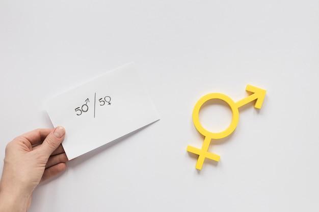 Рука держит бумагу с равными правами Бесплатные Фотографии