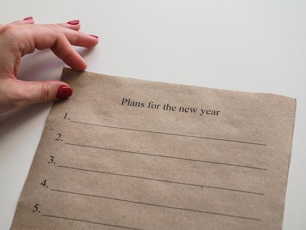 新年の計画と紙を持っている手 Premium写真