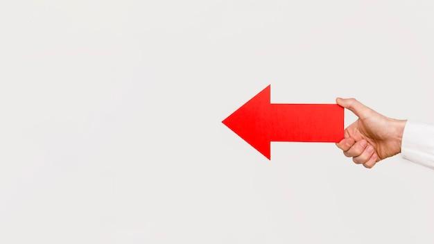 Рука держит красную стрелку Бесплатные Фотографии