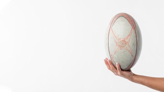 Рука держит мяч для регби с копией пространства Бесплатные Фотографии