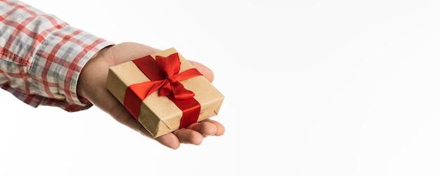손을 잡고 활과 작은 선물 프리미엄 사진