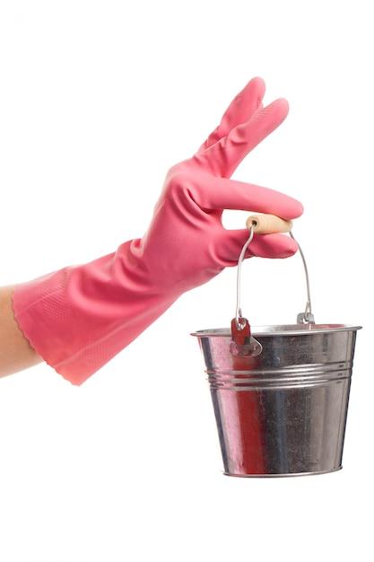 銀のバケツを保持しているピンクの手袋で手します。 無料写真