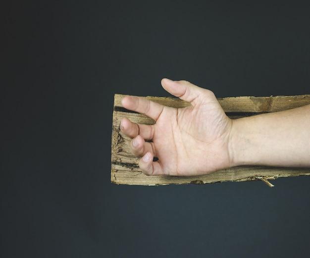 Mano di gesù cristo su una croce di legno prima di essere inchiodato Foto Gratuite