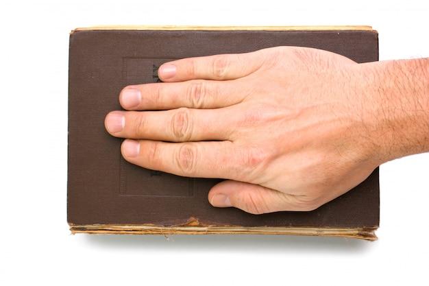 Рука на книге, изолированная на белом фоне Premium Фотографии