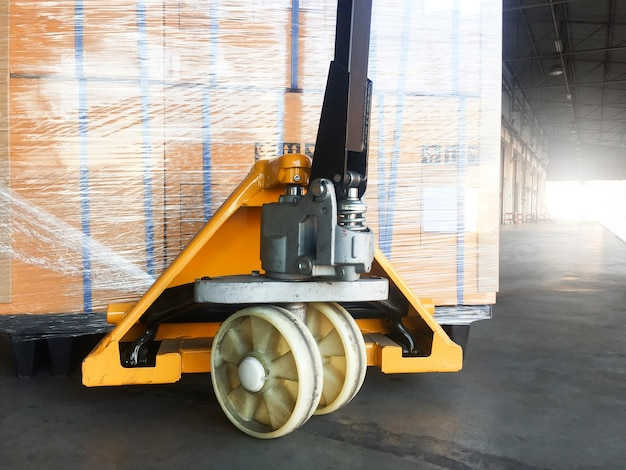 Hand pallet truck with the shipment pallet for exporting. Premium Photo