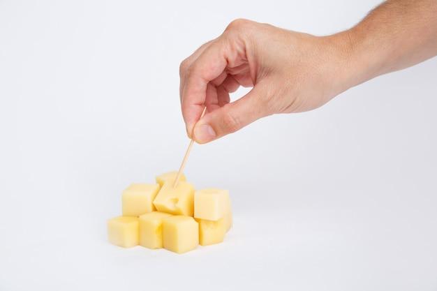 つまようじで手打ちダイスカットチーズ 無料写真