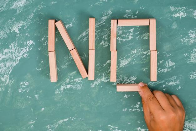 木製のブロックを配置する手。 無料写真