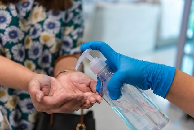 Ручной пресс-дезинфицирующий гель для рук клиента для профилактики от коронавируса Premium Фотографии