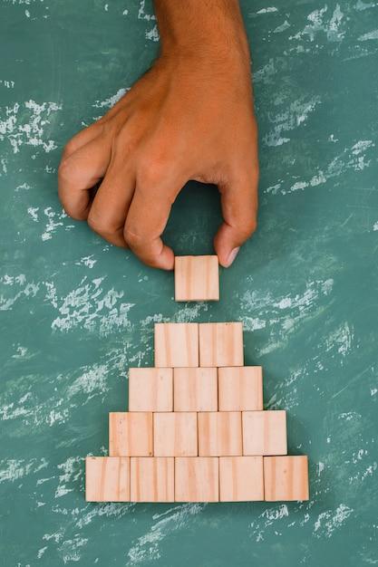 Положить руку и укладывать деревянный куб. Бесплатные Фотографии