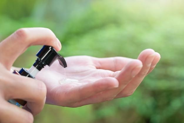 手の消毒剤、女性の手を洗う手の消毒剤ジェルディスペンサー、コロナウイルスを使用してクローズアップ Premium写真
