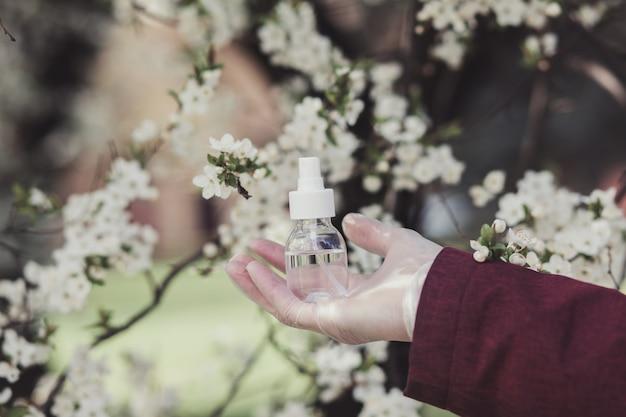 Дозатор дезинфицирующее средство для рук цветущие деревья фон Premium Фотографии