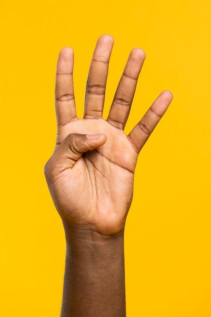 Mano che mostra quattro dita Foto Gratuite