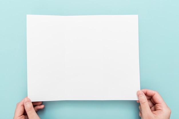 Рука с пустой брошюрой Бесплатные Фотографии