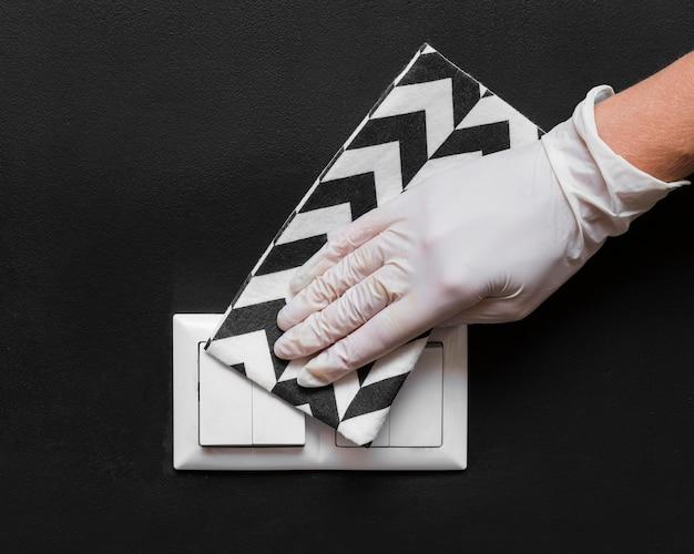 手袋消毒ライトスイッチ付きの手 無料写真