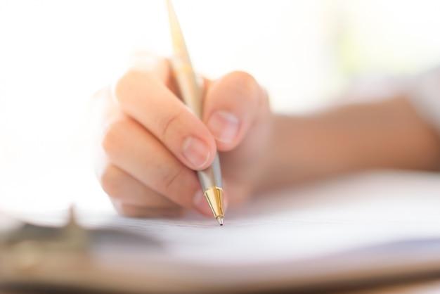 Mano con penna sopra forma di domanda Foto Gratuite