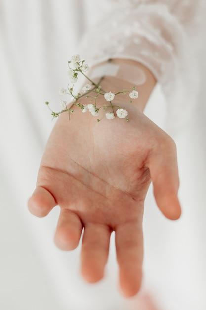 Рука с весенними цветами крупным планом Бесплатные Фотографии