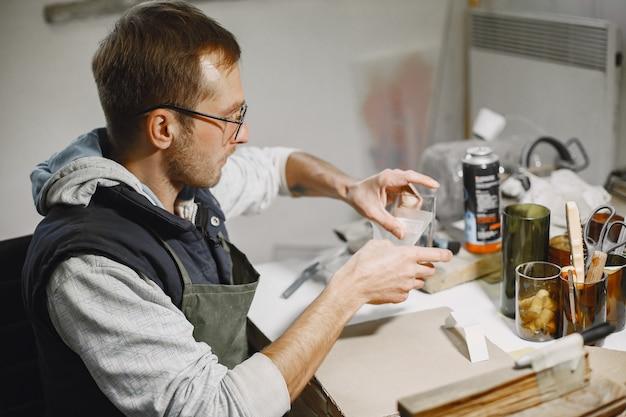 Ручной работник с пустым стеклом. крупный план руки человека. концепция производства. Бесплатные Фотографии