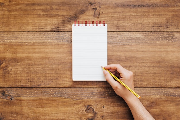 Hand writing on small notepad Free Photo