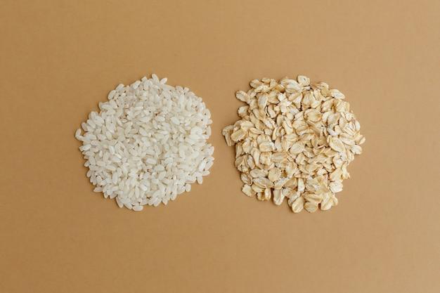 갈색 바탕에 다양 한 곡물의 소수입니다. 쌀과 오트밀 프리미엄 사진