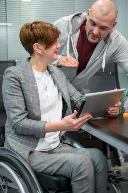 リスニングのオフィスで障害を持つ若い女性 無料写真