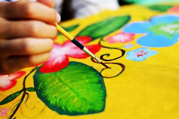 Концепция ручной работы: азиатская краска для женщин на шелковом бумажном зонтике с кистью. Premium Фотографии