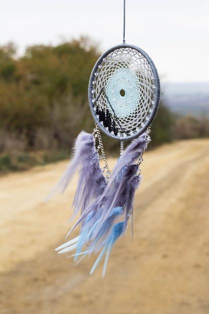 手作りのドリームキャッチャー、羽毛のスレッドとビーズのロープハンギング Premium写真