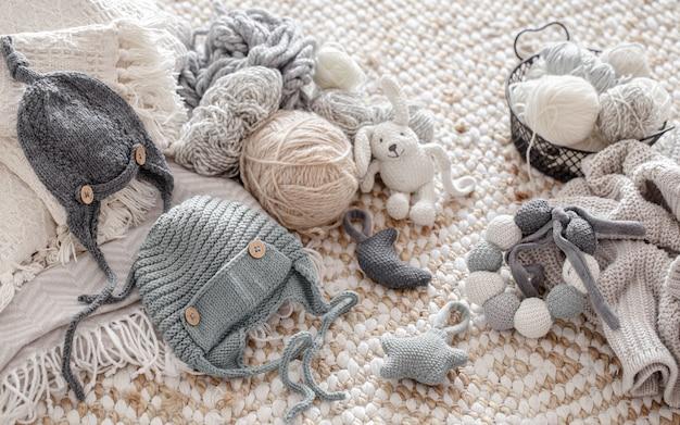 Giocattoli fatti a maglia fatti a mano con gomitoli di filo. concetto di hobby e artigianato. Foto Gratuite