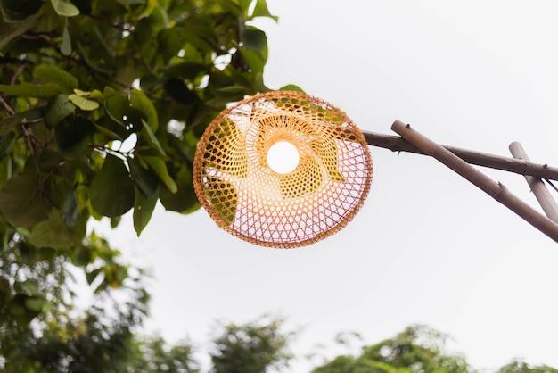 Лампа ручной работы плетеная. Premium Фотографии