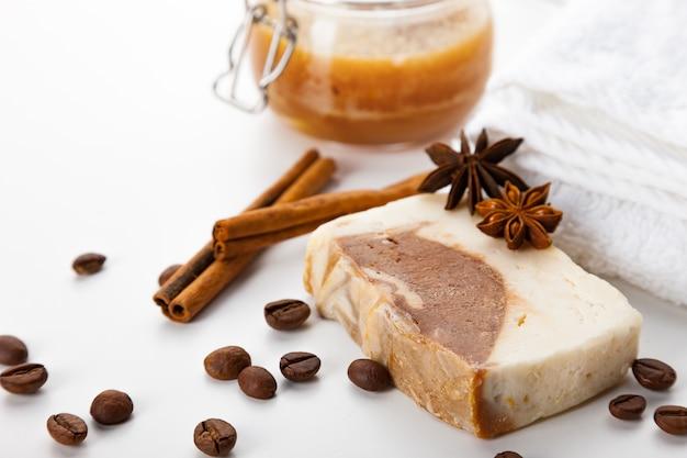 手作り石鹸。ハチミツ、コーヒー、シナモン、バディアンのアロマを使ったスキンケアの手段。滑らかで健康な肌のためのスパトリートメントとアロマセラピー Premium写真