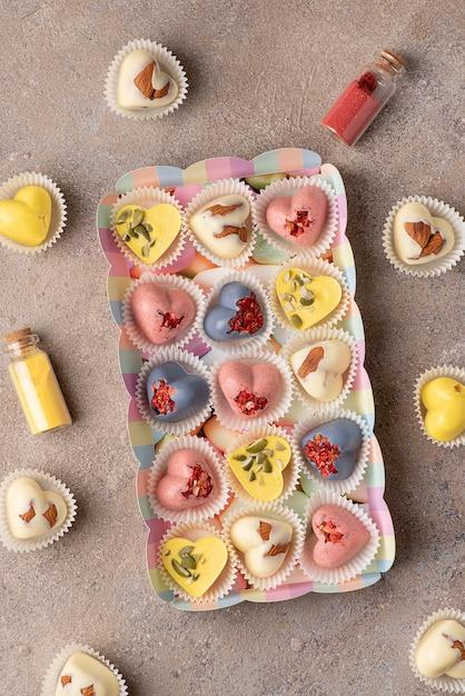 天然染料を使った手作りのおしゃれなチョコレート菓子:ウコン抽出物、あんちゃん茶、いちごパウダー Premium写真