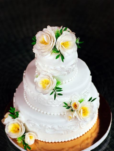 Handmade wedding cake. Premium Photo