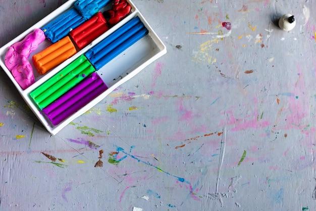 Цветастый легкий пластилин глины для творчества детей и инструмент для делать слизь handmade на деревянной предпосылке. выборочный фокус, детство, концепция творчества Premium Фотографии