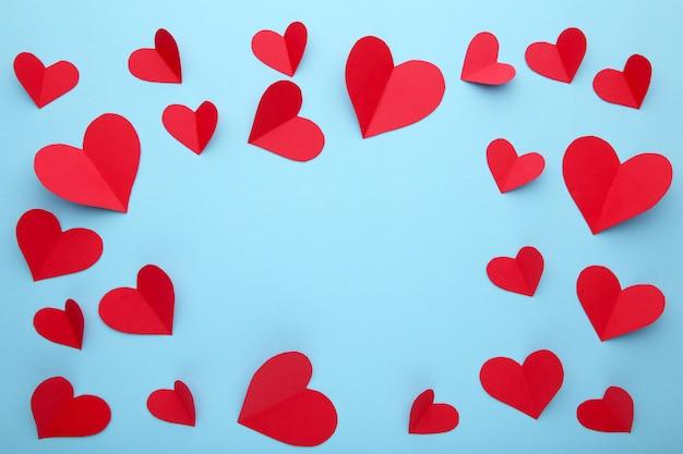 День святого валентина поздравительных открыток. handmaded красные сердца на синем фоне. Premium Фотографии