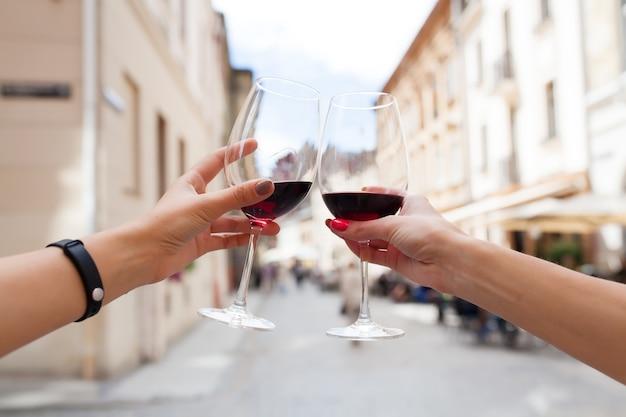 Руки заделывают пару тостов бокалов вина Бесплатные Фотографии
