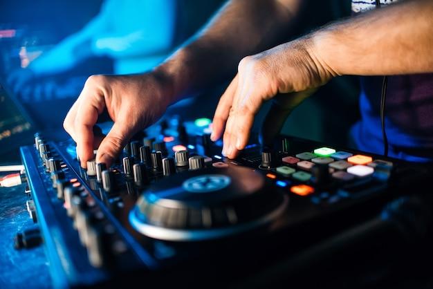 Hands dj音楽ミキサーが音量を管理しています Premium写真