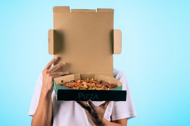 Руки держат коробку с пиццей Premium Фотографии