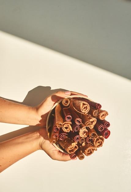 トローチのグラスを持っている手。上面図。自家製おやつ。 Premium写真