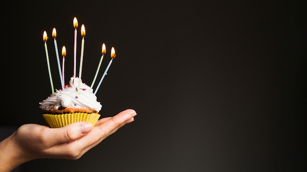 Руки держат кекс на день рождения Бесплатные Фотографии