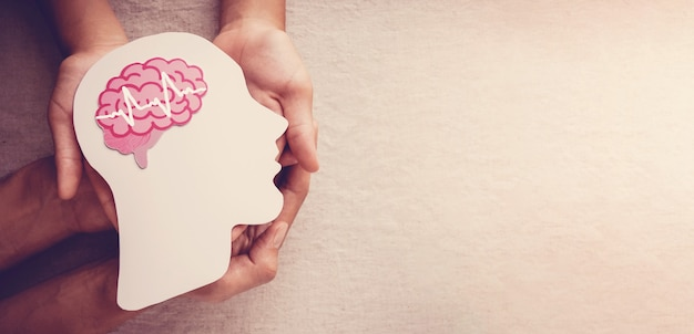 Руки, держащие мозговой документ, эпилепсия, осведомленность о болезни альцгеймера, концепция психического здоровья Premium Фотографии