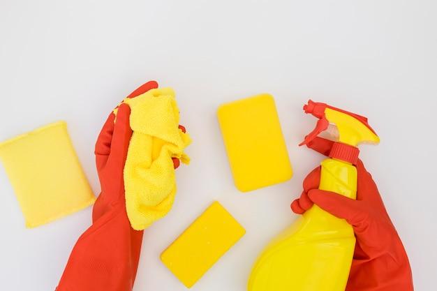 Руки держат чистящие средства Бесплатные Фотографии