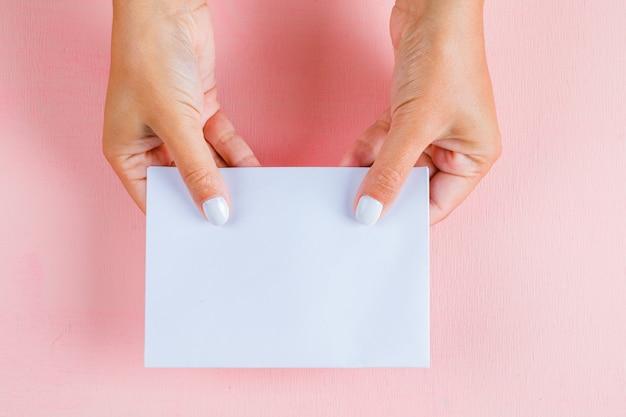 Руки держат пустую бумагу Бесплатные Фотографии