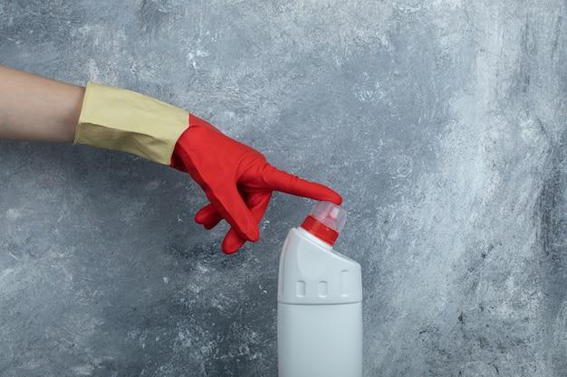 보호 장갑을 끼고 손을 청소 용품 끝을 만지십시오. 무료 사진