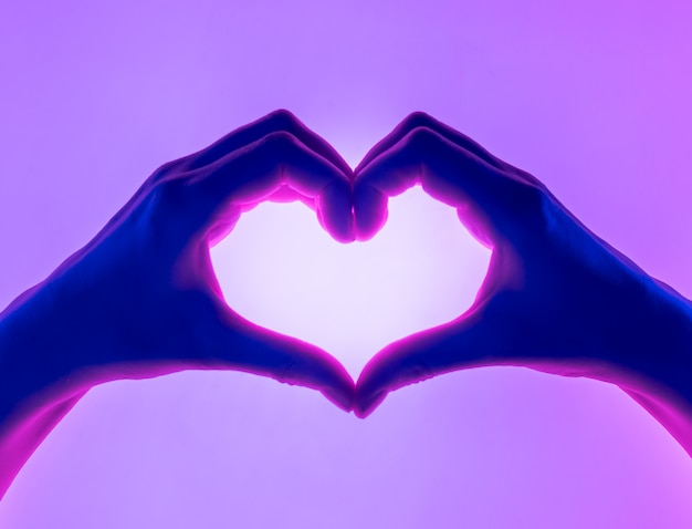 Руки в форме сердца. Premium Фотографии
